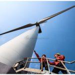 Công nhân thi công turbine gió. Ảnh Trần Thành Tiến