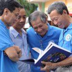 Hội viên Gia Định hác hức xem sách ảnh mới chuyển đến - Ảnh Nguyễn Chí Công